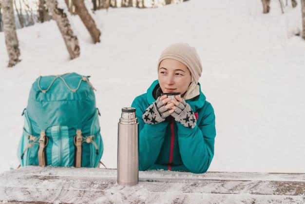 Viajante bebendo chá no inverno Foto Premium