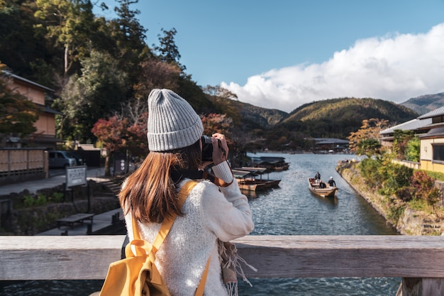 Viajante da jovem mulher que olha a paisagem bonita no arashiyama japão, conceito do estilo de vida do curso Foto Premium