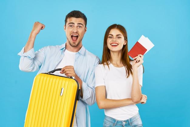 Viajante de homem e mulher com uma mala, alegria, passaporte Foto Premium