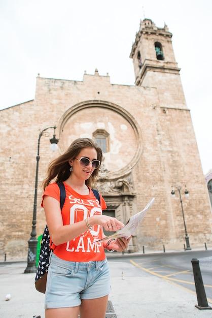 Viajante de jovem mulher bonita com mapa Foto Premium