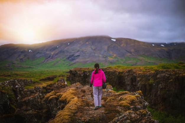 Viajante de mulher, caminhadas pela paisagem da islândia. Foto Premium