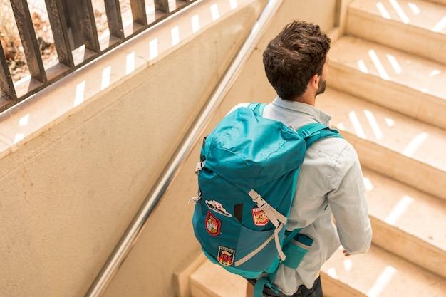 Viajante de vista traseira nas escadas Foto gratuita