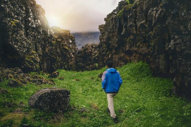 Viajante do homem, caminhadas pela paisagem da islândia. Foto Premium