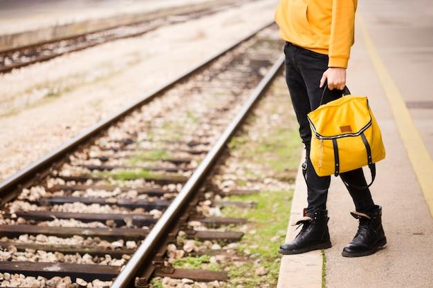 Viajante elegante na estação ferroviária Foto gratuita