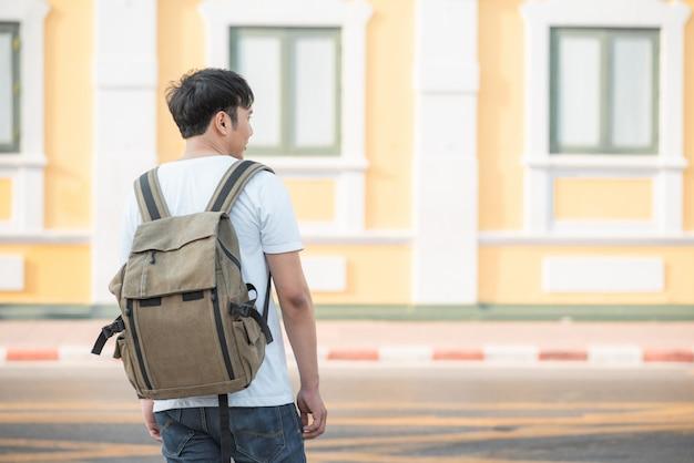 Viajante homem asiático viajando e andando em bangkok, tailândia Foto gratuita