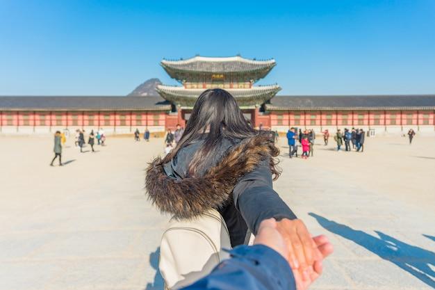 Viajante jovem mulher asiática com mochila viajando para o palácio gyeongbokgung Foto Premium