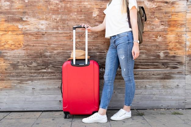 Viajante mulher com sua bagagem Foto gratuita