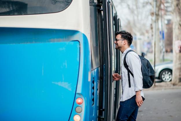 Viajante novo que começ no ônibus. Foto Premium
