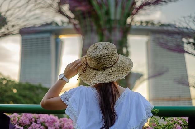 Viajante olhando para supertree em jardins pela baía em cingapura Foto Premium