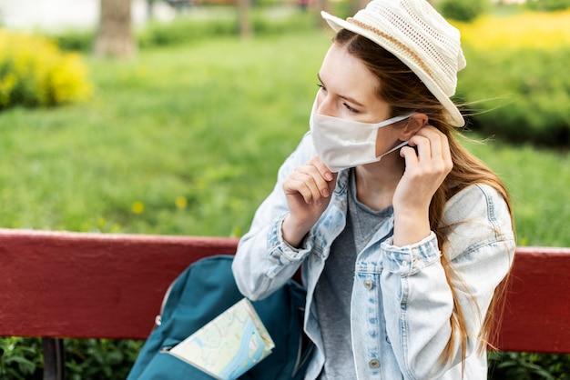 Viajante, organizando sua máscara médica Foto gratuita