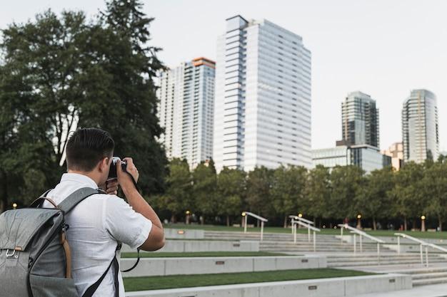 Viajante tirando fotos da cidade Foto gratuita