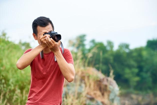 Viajante tirando fotos Foto gratuita