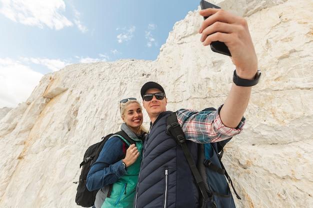Viajantes adultos tomando uma selfie Foto gratuita