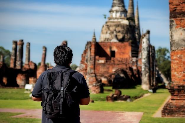 Viajantes asiáticos dos homens que olham o mapa em um templo phar sri sanphet ayutthaya. Foto Premium