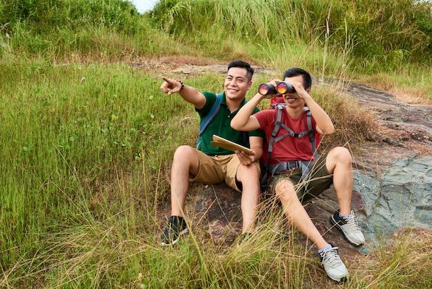 Viajantes com binóculos Foto gratuita
