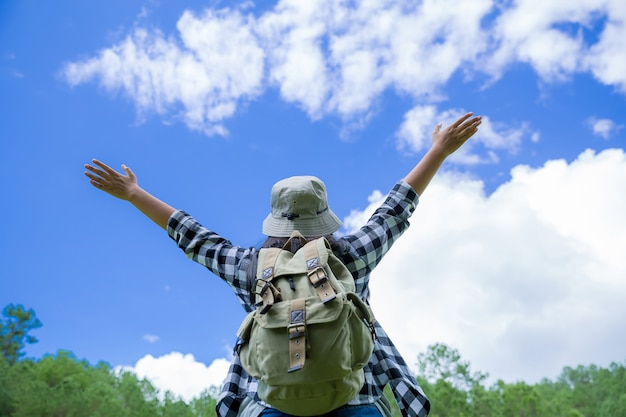 Viajantes, mulheres jovens, olhem para as incríveis montanhas e florestas, ideias de viagens por viagens, Foto gratuita