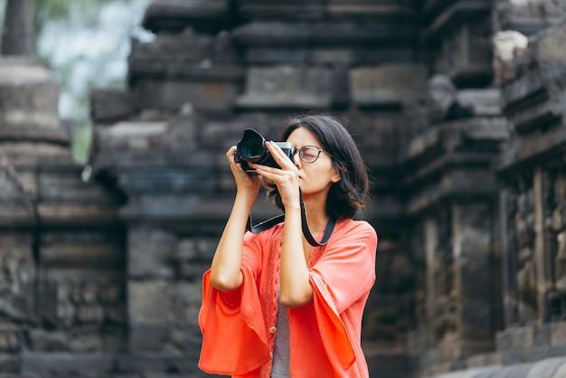 Viajantes solitários asiáticos tomam edifícios antigos foto no templo de borobudur, java, indonésia Foto Premium