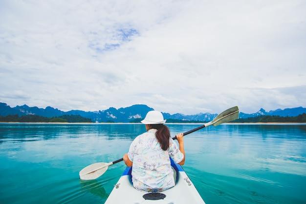 Viajar de caiaque e canoagem com as mulheres. vista montanha Foto Premium