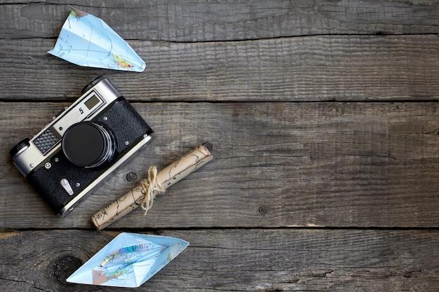 Viajar, fundo de madeira, mapa, câmera Foto Premium