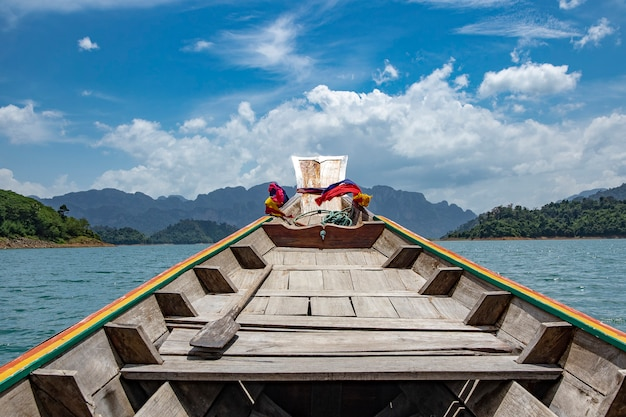 Viaje pelo barco do longtail à represa de ratchaprapha no parque nacional de khao sok, província de surat thani, tailândia. Foto Premium