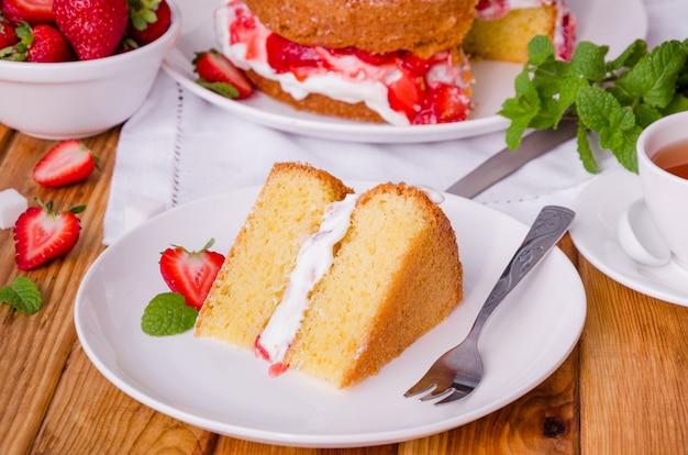 Victoria sponge cake com chantilly e morango Foto Premium