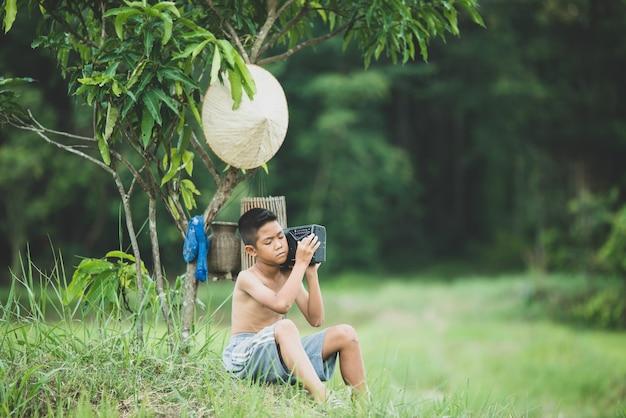 Vida menino asiático na zona rural Foto gratuita