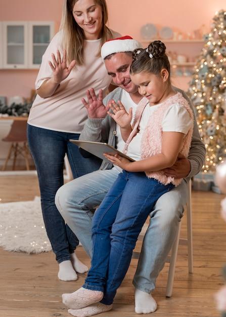 Vídeo chamada em família feliz no natal Foto gratuita