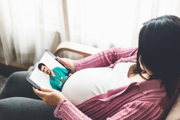 Vídeo online do serviço médico de telemedicina com gestante para atendimento pré-natal Foto Premium