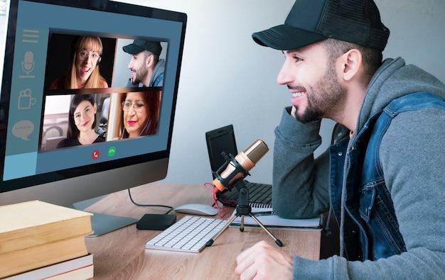 Videocall distante conversa com pessoas diferentes. vista sobre o ombro do homem sentado, bate-papo remoto Foto Premium
