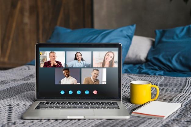 Videochamada de negócios na cama Foto Premium