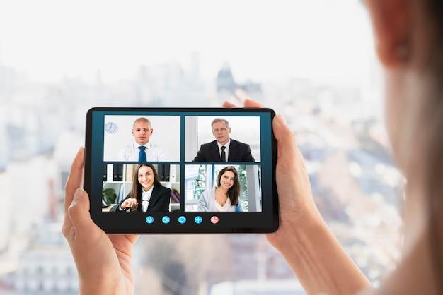 Videochamada de negócios no tablet Foto gratuita