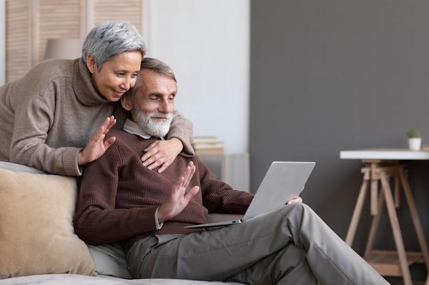 Videoconferência adorável casal de idosos Foto gratuita