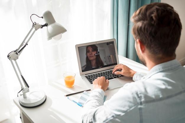 Videoconferência casual adulto masculino em casa Foto gratuita