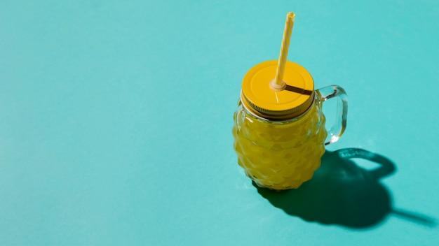 Vidro com covinha e tampa amarela Foto gratuita