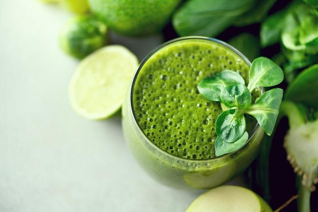 Vidro com smoothie de saúde verde Foto Premium