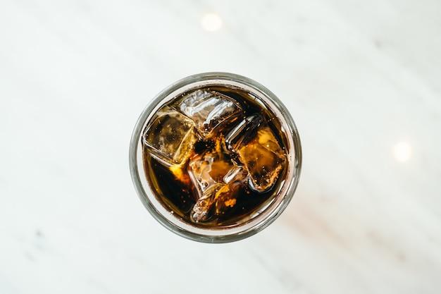 Vidro de cola congelada Foto gratuita