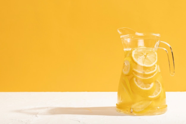 Vidro de vista frontal com cópia-espaço de limonada Foto gratuita