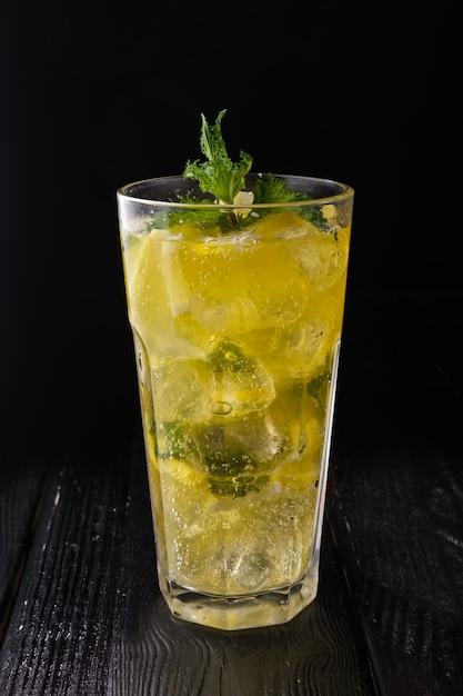 Vidro lapidado com limonada cítrica fria Foto Premium