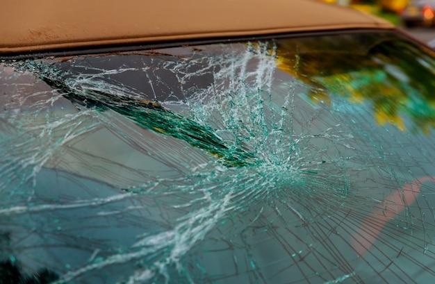 Vidro quebrado do carro rachado para a janela dianteira do reparo do acidente. Foto Premium
