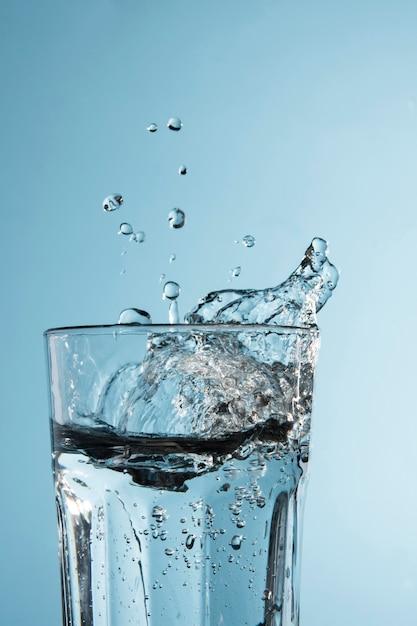 Vidro transparente com água Foto gratuita