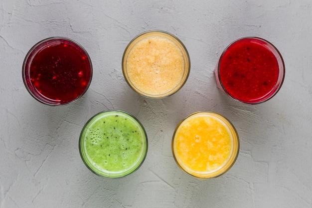 Vidros coloridos do smoothie da vista superior Foto gratuita
