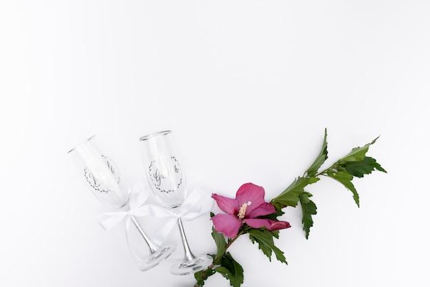 Vidros de casamento vista superior com uma flor Foto gratuita