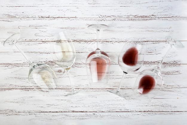 Vidros de vinho diferentes da vista superior Foto gratuita