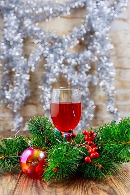 Vidros de vinho do feriado em um restaurante. ano novo com vidro Foto Premium
