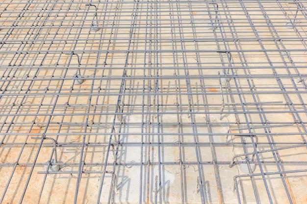 Vigas de aço para concreto armado para formar uma gaiola de reforço firme e nivelada Foto Premium