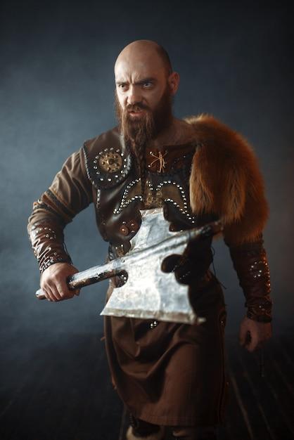 Viking barbudo com machado entra na batalha Foto Premium