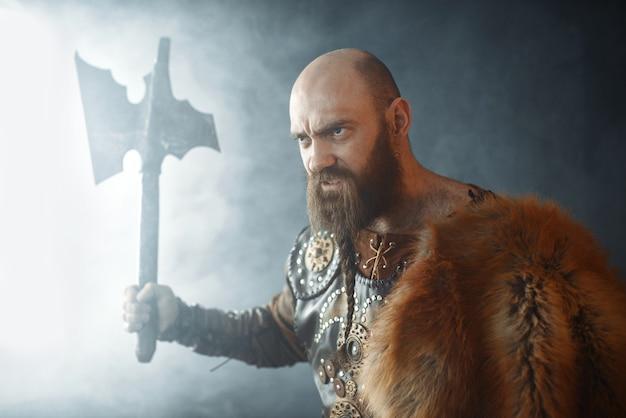 Viking zangado com machado, espírito marcial, bárbaro Foto Premium