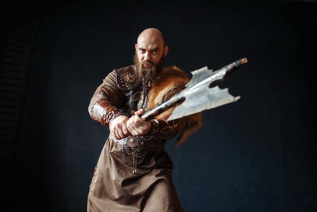 Viking zangado com machado, imagem de bárbaro Foto Premium