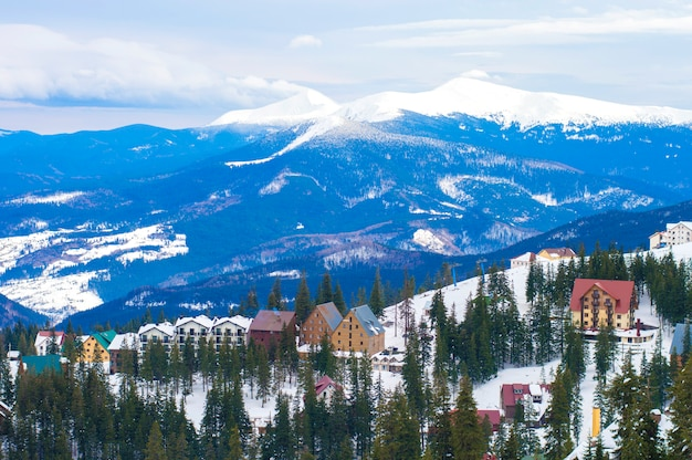 Vila de inverno nas montanhas Foto Premium