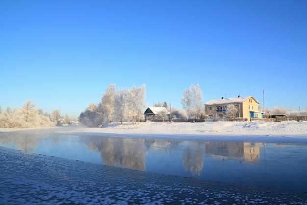 Vila de inverno no rio costa Foto Premium
